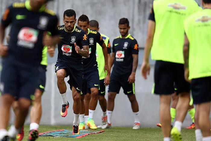 Tite comandou treino seguido com a mesma formação que venceu o Equador.