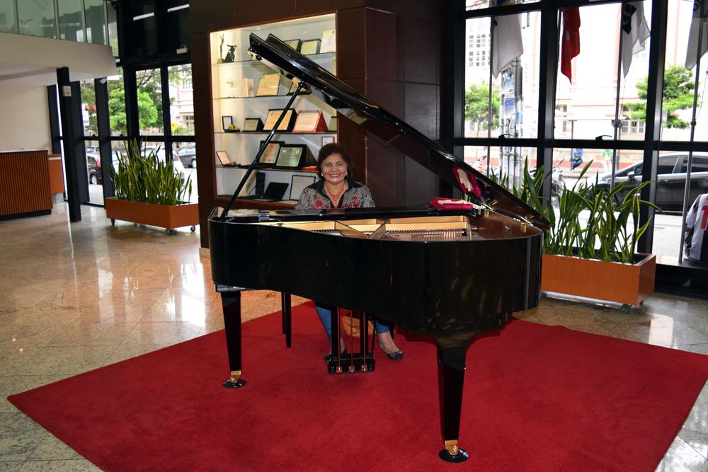 Pianista recepciona os participantes e convidados do TRI-e.
