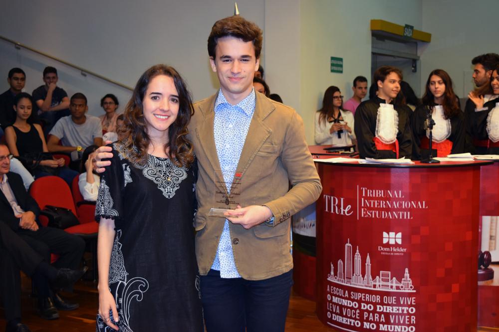 Professora Ana Virgínia entrega homenagem ao aluno Guilherme Ribeiro Valadares de Amaral, da Dom Helder.