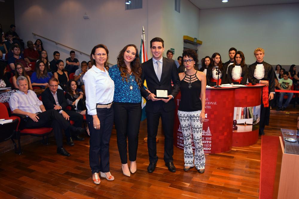 Equipe vencedora da edição de 2015 recebe placa comemorativa.