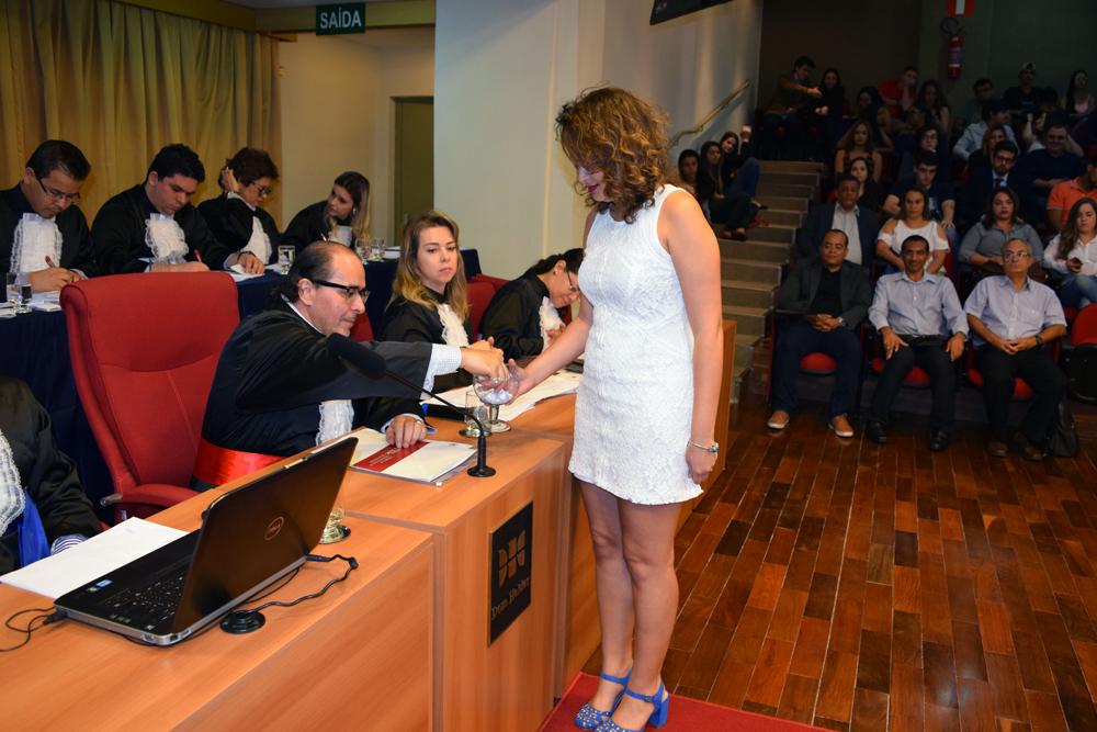 Professor Fernando Rios sorteia aluno para acompanhar delegação vencedora.