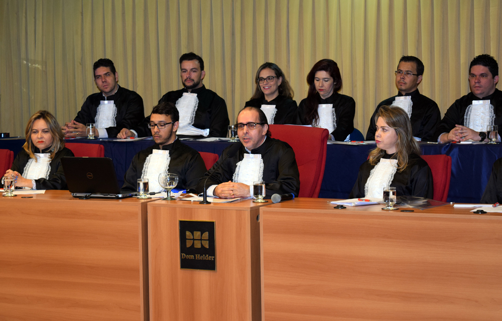 Professor Fernando Rios preside o corpo de jurados.