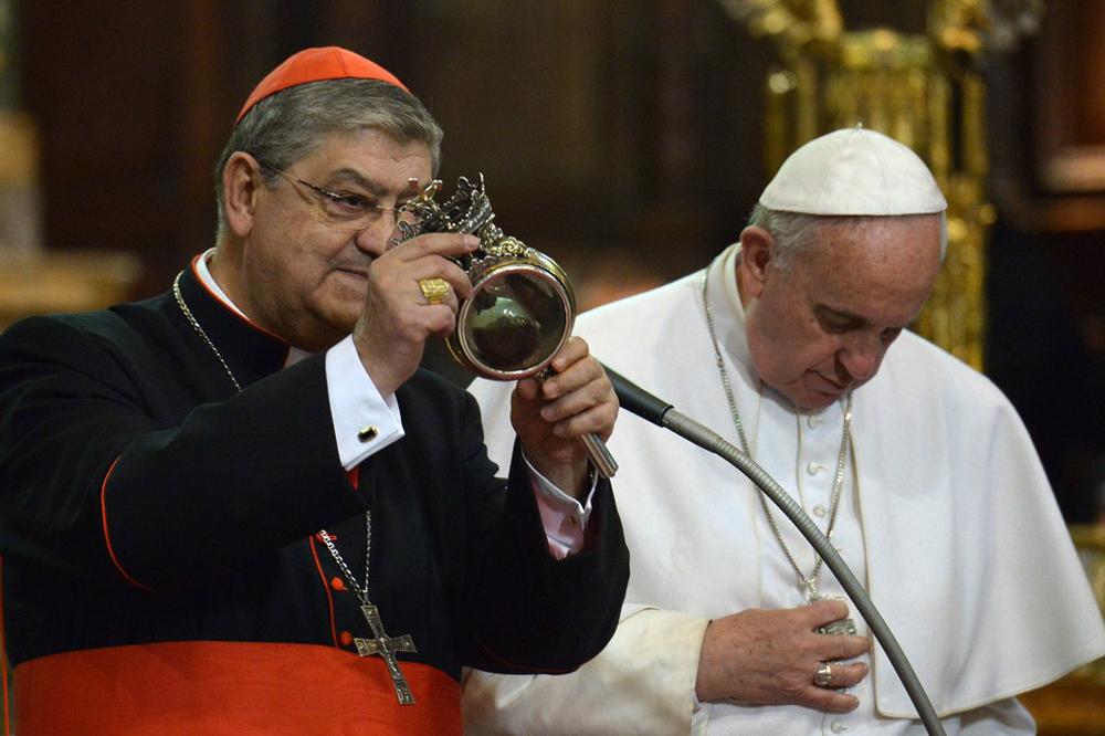 Cardeal de Nápoles mostra a ampola que contém o sangue de São Januário.