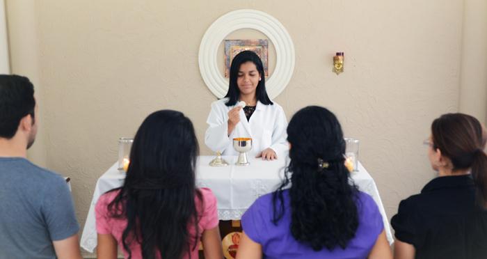 As mulheres conseguem na prática celebrativa, unir ternura e força, intuição e razão, corpo e espírito.