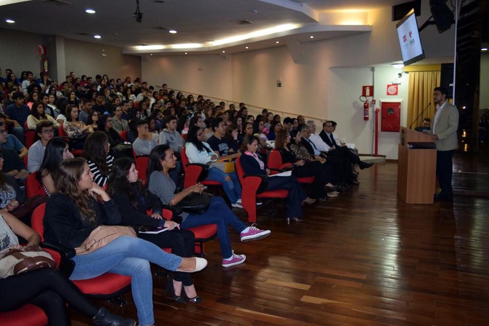 Reitor Franclim Brito, da Escola de Engenharia de Minas Gerais, fala aos estudantes.