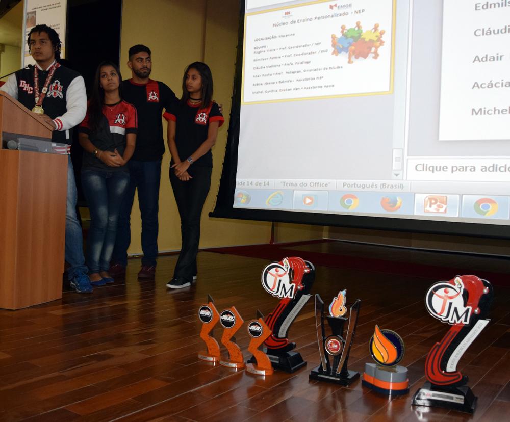 Associação Atlética da Dom Helder faz apresentação aos calouros.