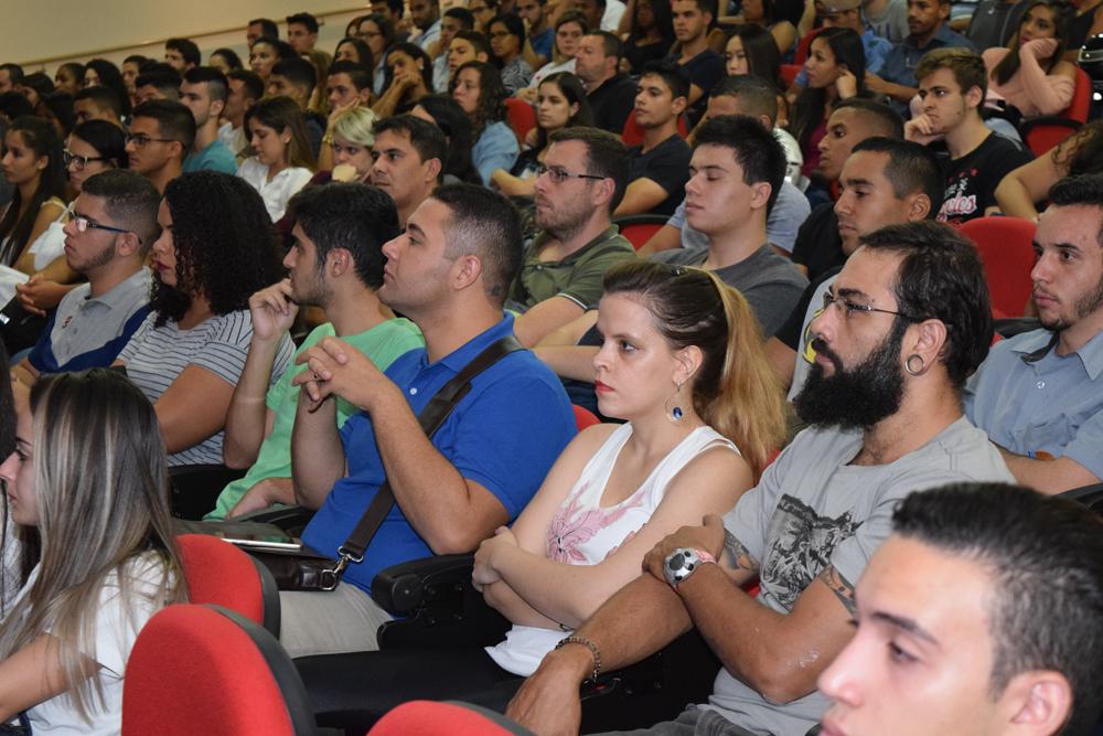 Os futuros advogados e engenheiros durante a recepção de calouros