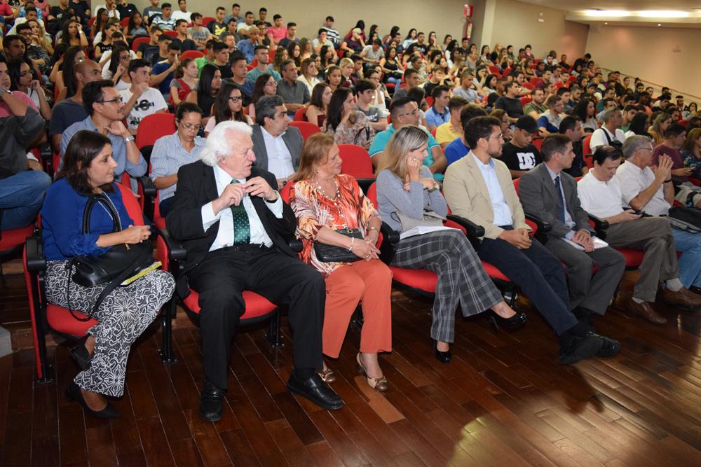 Reitor e professores na recepção de calouros da Dom Helder e EMGE