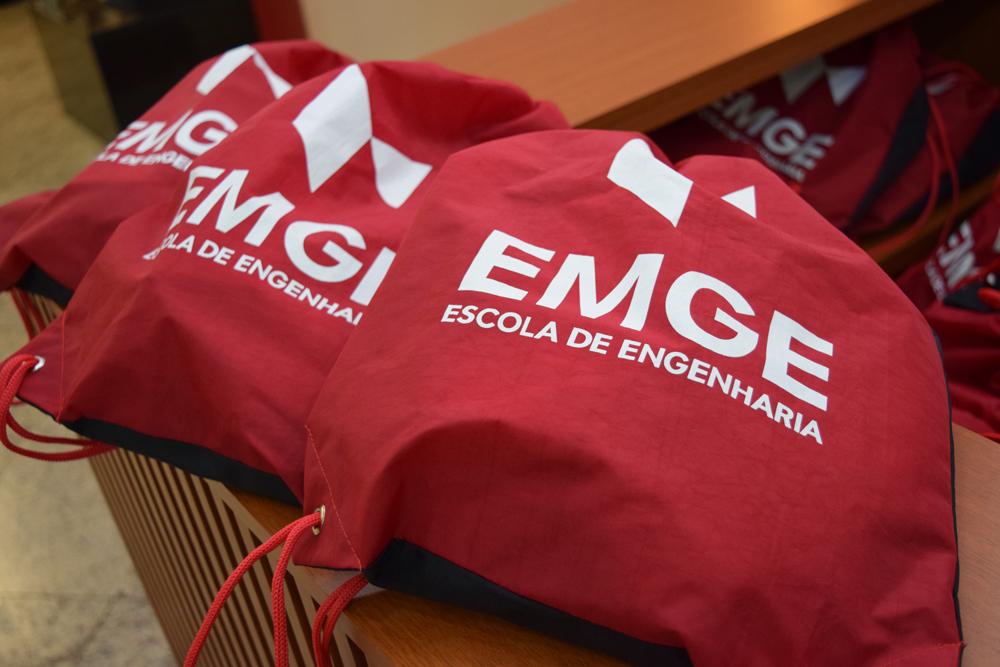 Kit distribuído aos calouros da EMGE