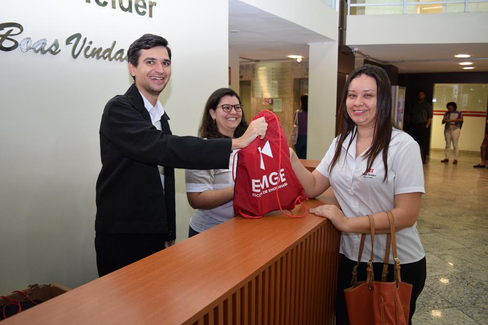 Aluna recebe kit distribuído pela EMGE.