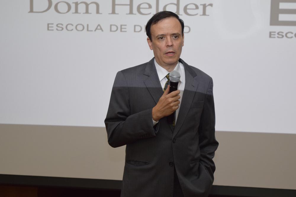 Coordenador do curso de Engenharia Civil José Antônio Sousa conversa com os calouros da EMGE.