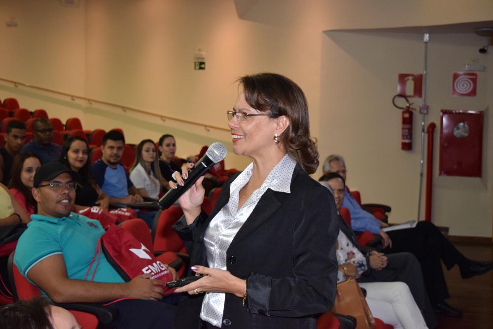 Pró-reitora de ensino Anacélia Santos Rocha detalha o funcionamento da EMGE para os calouros.
