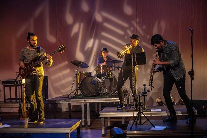 A banda mineira Conecto, de Acid Jazz, foi criada em 2015 com pegadas de soul, funk, hip hop, música eletrônica e batidas de loop.