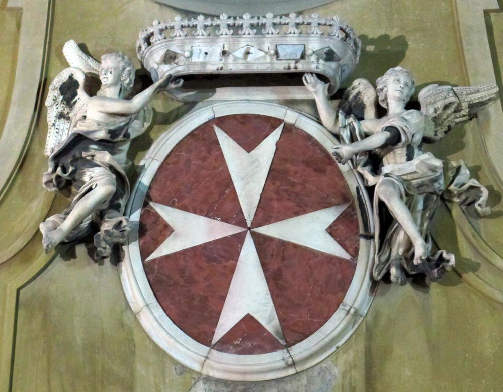 Brasão dos cavaleiros de Malta na fachada de igreja em Florença.