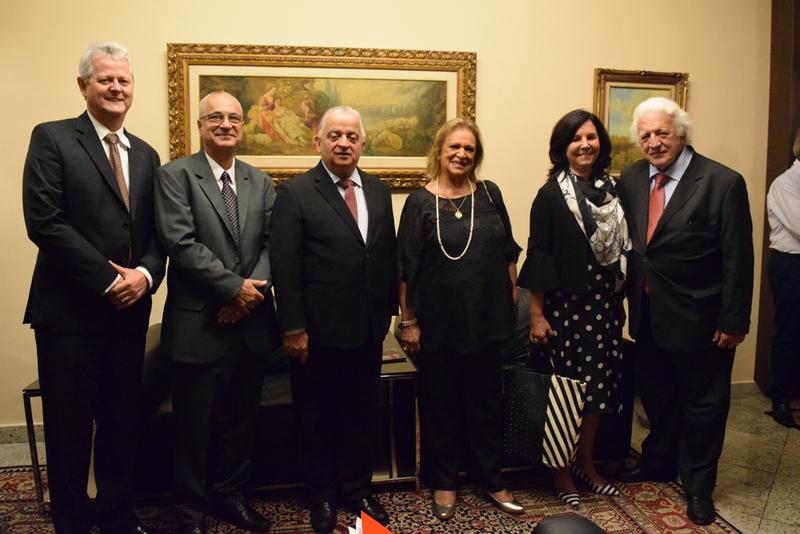 Convidados e membros da Dom Helder posam para foto na noite da aula inaugural.