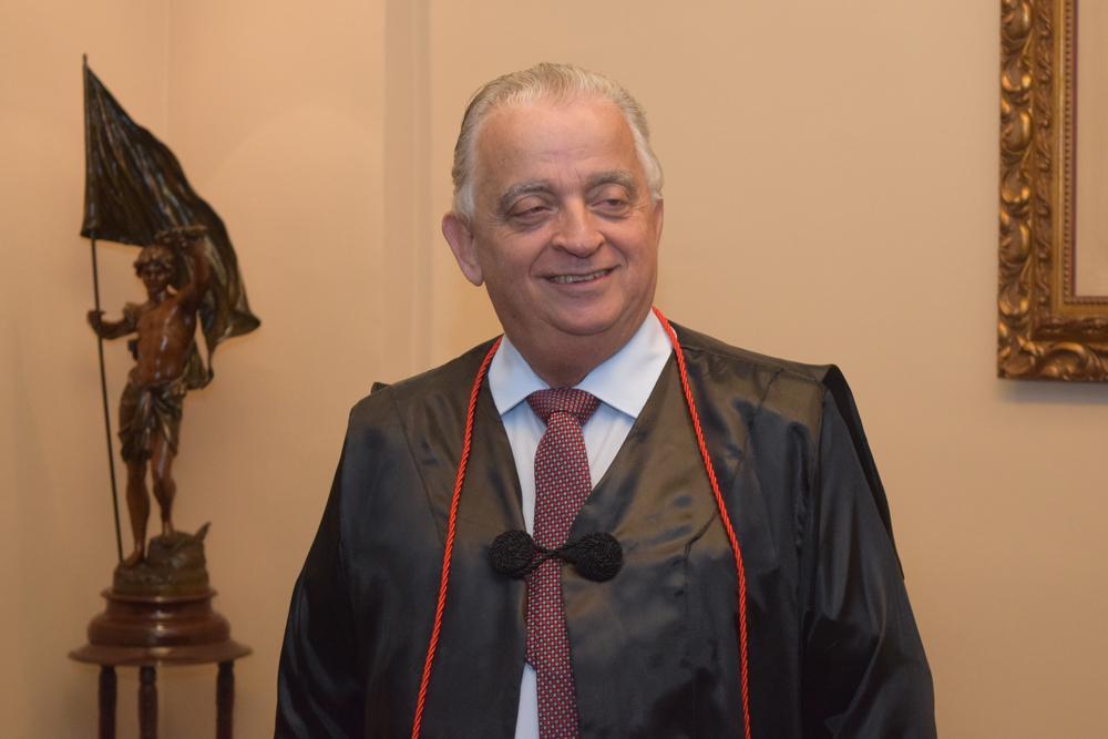 Dr. Olavo Machado Júnior, presidente da FIEMG, paramenta-se para a solenidade.