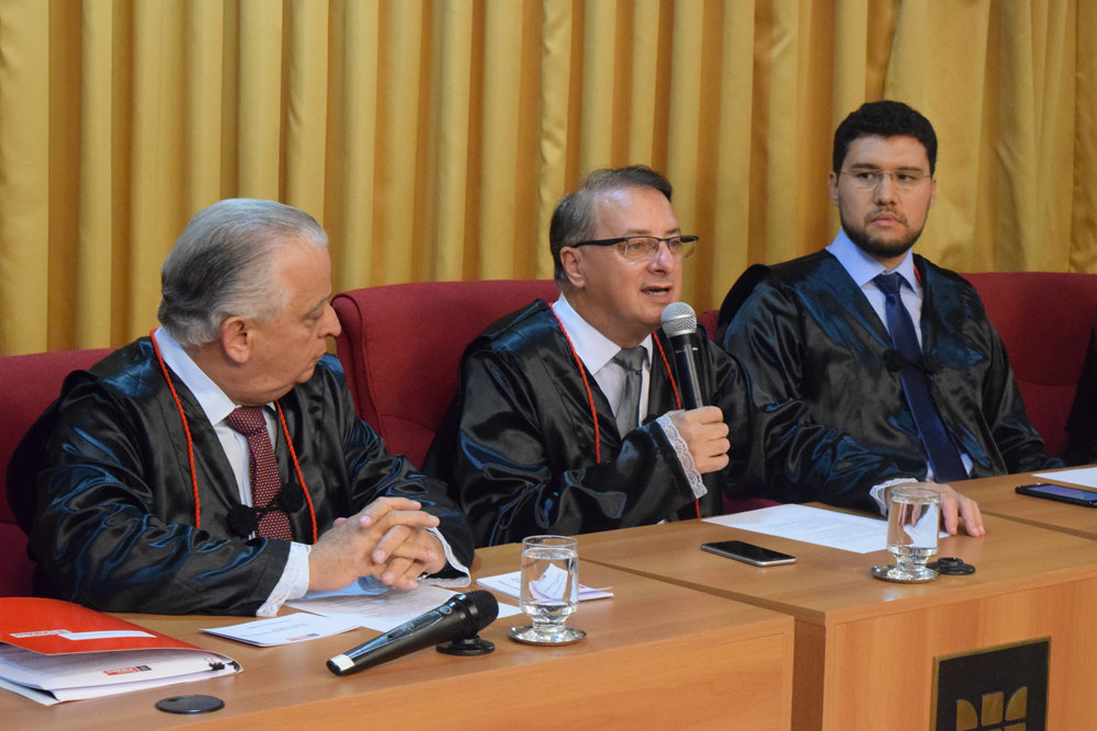 Prof. Dr. Paulo Umberto Stumpf, reitor da Dom Helder, dá início à solenidade.