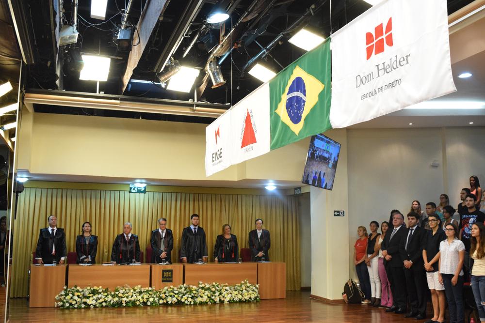 Bandeira da EMGE, do Estado de Minas Gerais, do Brasil e da Dom Helder são hasteadas na solenidade.
