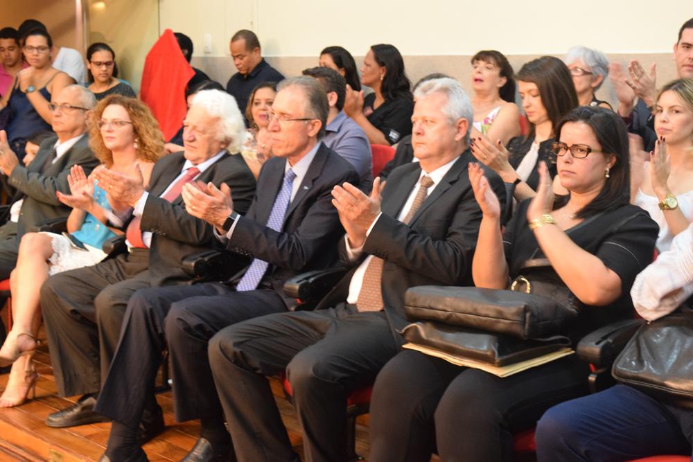 Integrantes da tribuna de honra aplaudem ao conferencista da noite, Dr. Olavo Machado Júnior.