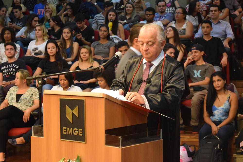 Dr. Olavo Machado Júnior posta-se na tribuna para a conferência da noite.