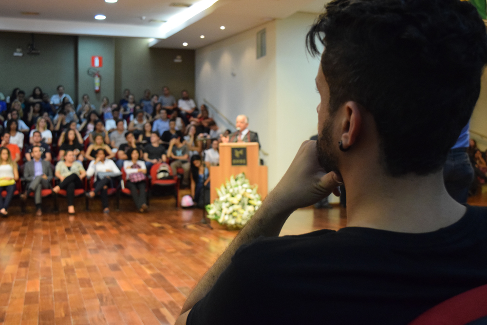 Alunos estiveram atentos às palavras do conferencista da noite, Dr. Olavo Machado Júnior.