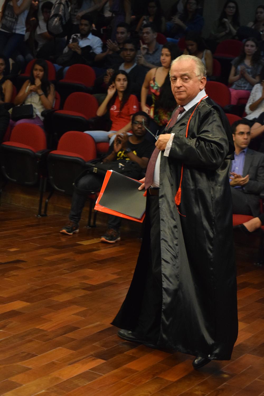 O conferencista Dr. Olavo Machado Júnior é aplaudido ao final de sua palestra.