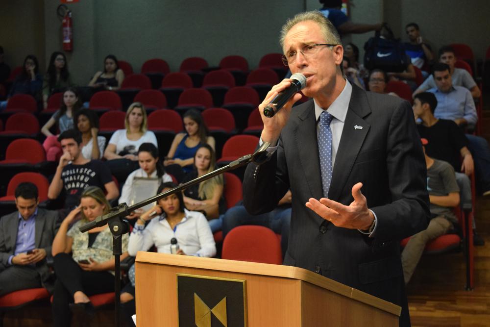 Dr. Sérgio Cavaliere, presidente da União Internacional de Dirigentes Cristãos de Empresa/ América Latina (UNIAPC), motiva os alunos a serem profissionais éticos.