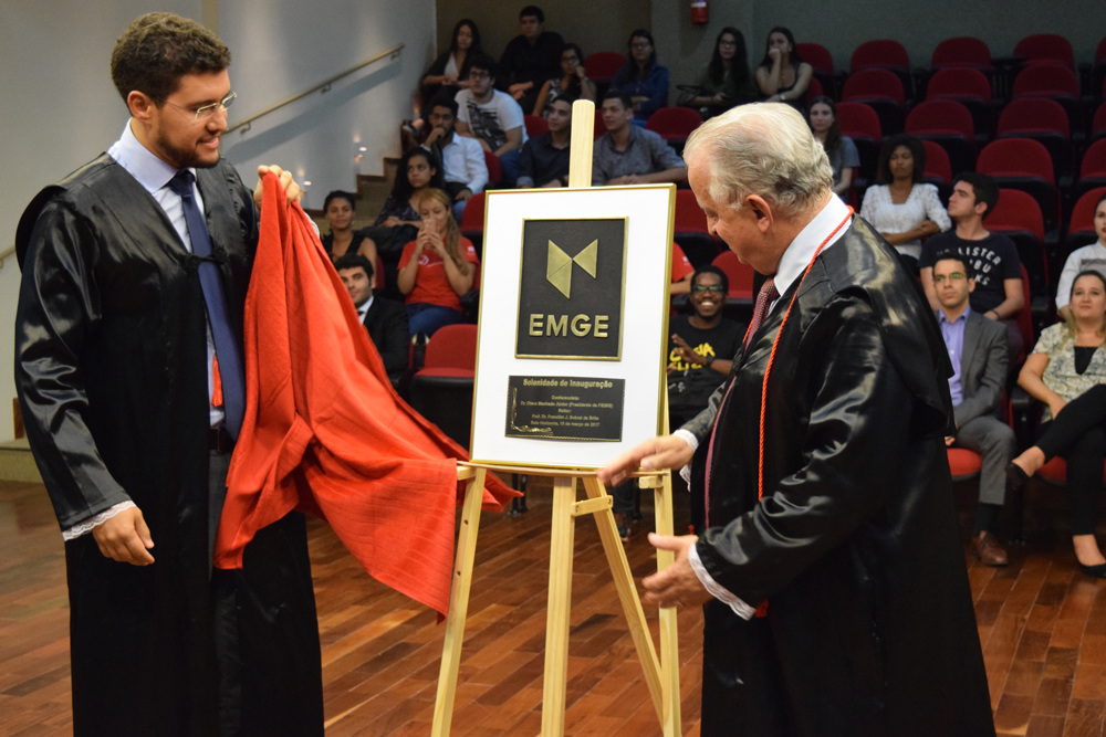 O reitor da EMGE, prof. Dr. Franclim Sobral de Brito, e o conferencista, Dr. Olavo Machado Júnior, descerram a placa de inauguração da EMGE.
