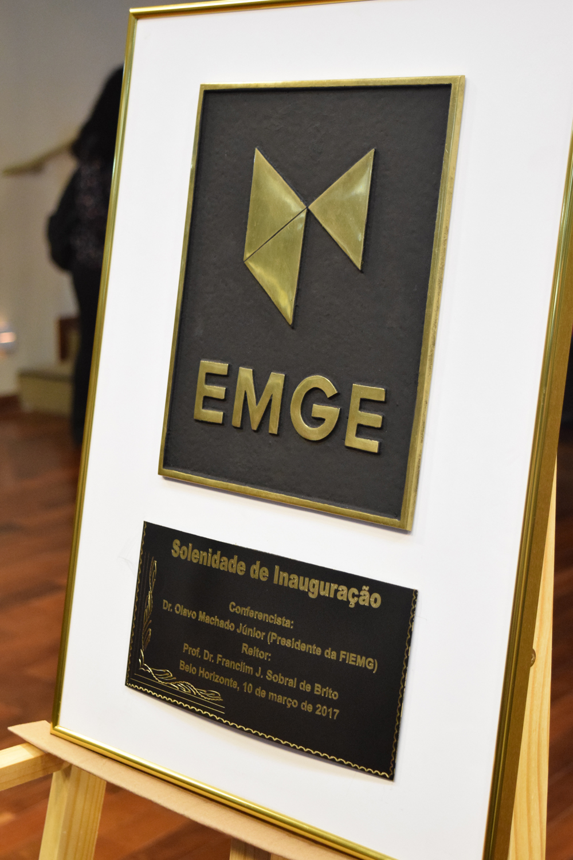 Placa de inauguração da EMGE é exposta aos presentes.