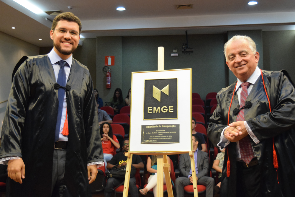 Prof. Franclim Sobral de Brito, reitor da EMGE, e Dr. Olavo Machado Júnior, presidente da FIEMG, posam para foto histórica na inauguração solene da Escola de Engenharia.