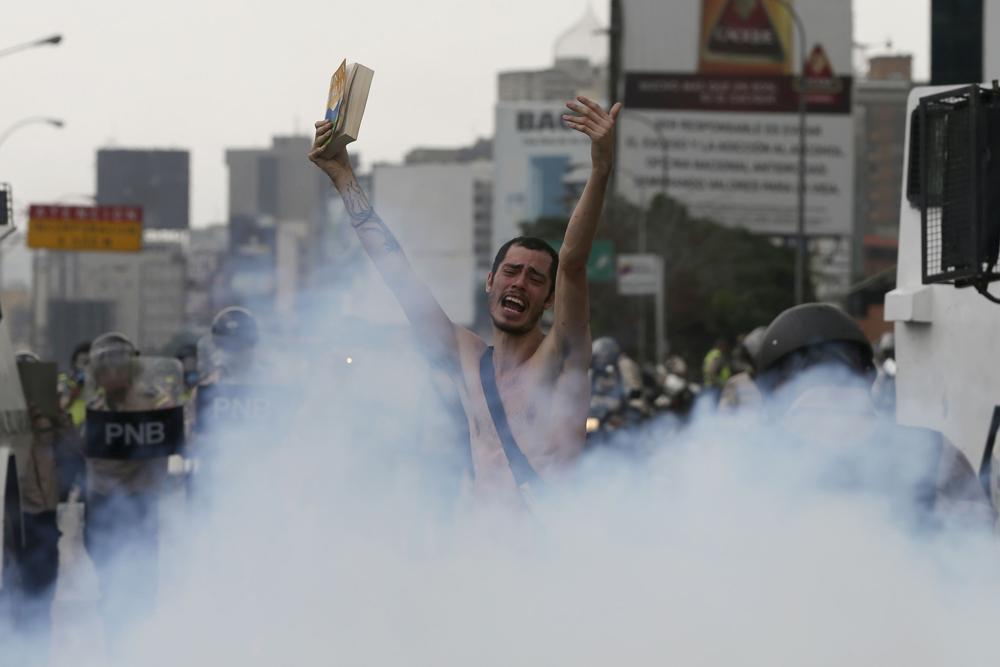 Hans Wuerich (27) ficou conhecido em todo mundo ao protestar nu, carregando uma bíblia, como gesto profético contra o caminho tomado pelo governo venezuelano.