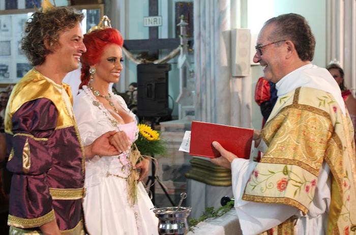 Celebração causou polêmica em 2011 com noivos vestidos de Shrek e Fiona e convidados fantasiados.