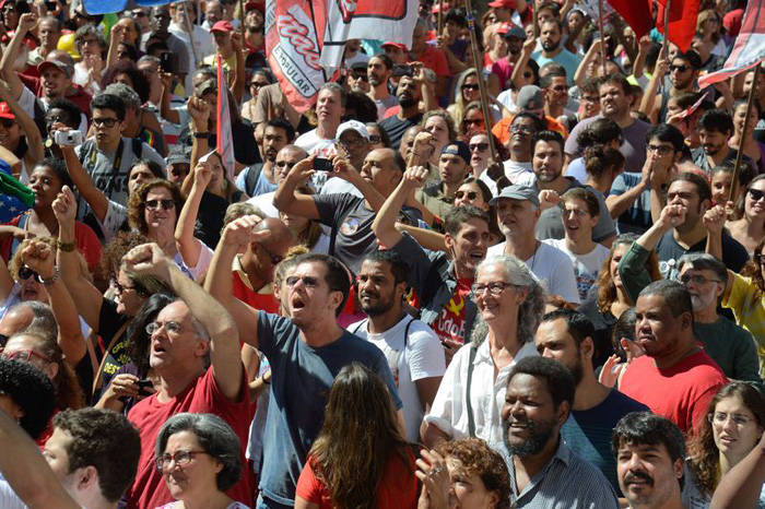 Manifestantes saem às ruas contra a reforma trabalhista que tramita no Congresso Nacional e altera 117 artigos da CLT.