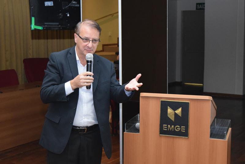 Reitor da Dom Helder Escola de Direito Paulo Umberto Stumpf conversa com os alunos da Engenharia sobre o dia de São José de Anchieta