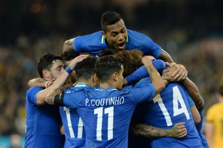 Jogadores brasileiros comemoram um gol contra a Austrália