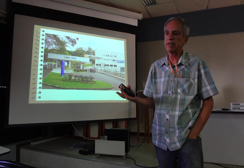 Paulo Ney de Araújo, do Núcleo de Comunicação do CDTN, ministra palestra sobre energia nuclear.
