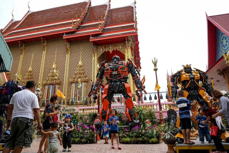 Ao invés de Budas tradicionais ou criaturas míticas que decoram a maioria dos monastérios do país, o templo de Wat Ta Kien, em Bangcoc, possui três robôs dos Transformers em sua entrada