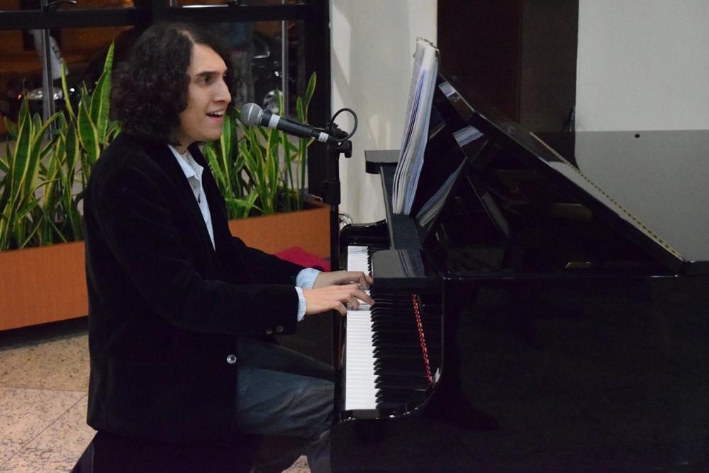 Antes do show, o público pode ouvir o músico Luã Linhares ao piano no foyer da Dom Helder Escola de Direito.
