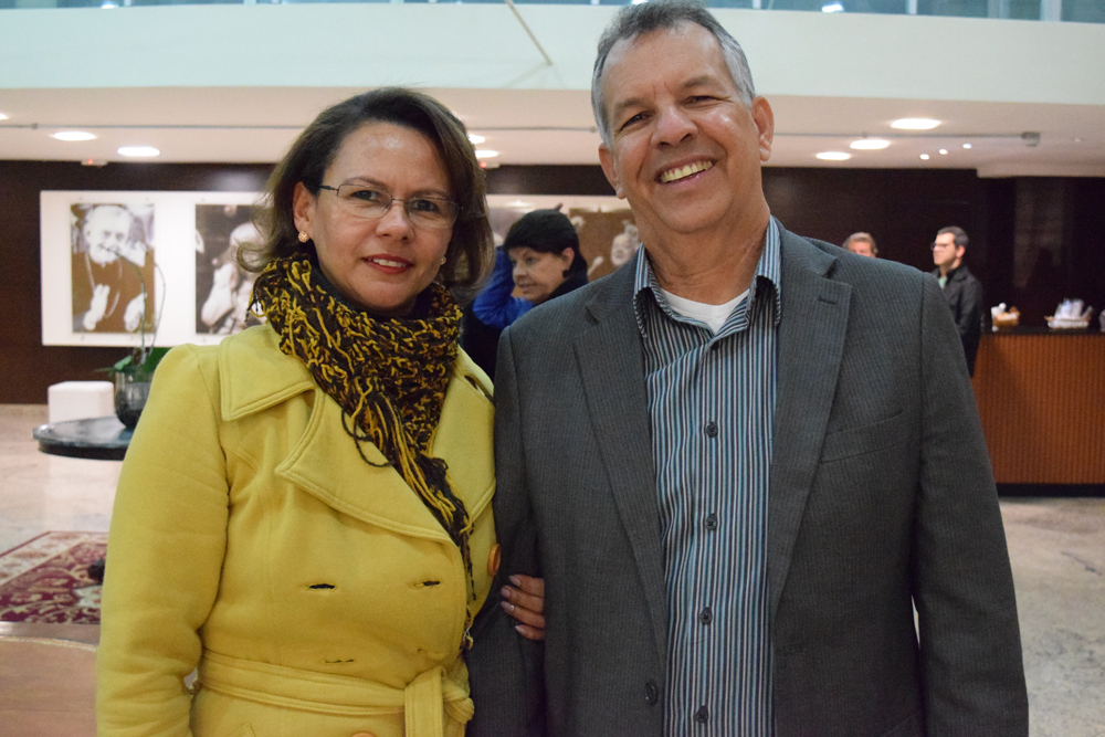 A pró-reitora de ensino Anacélia dos Santos Rocha e seu esposo estiveram presentes ao evento.