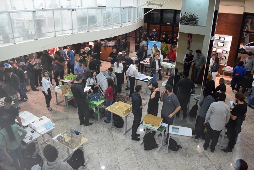 Alunos da EMGE se reuniram no hall da instituição para apresentação de trabalho interdisciplinar.