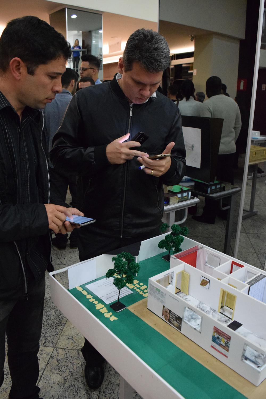 Professores de português, geometria descritiva e desenho técnico avaliaram os trabalhos expostos.