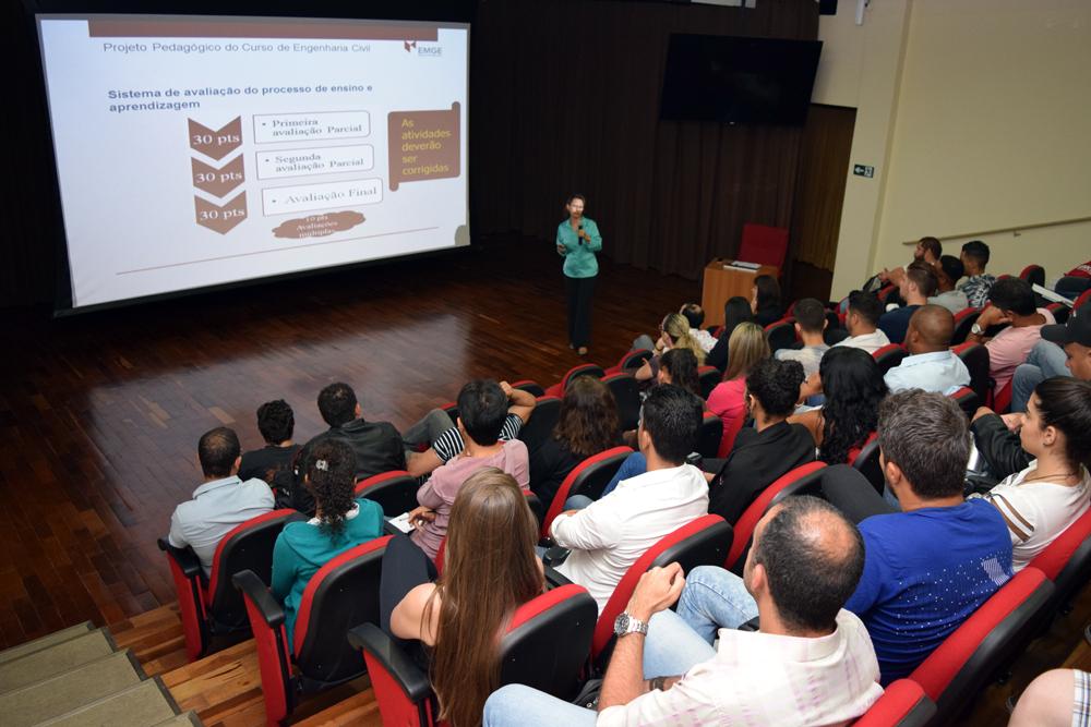 Professora Anácelia Santos, pró-reitora de Ensino, coordena workshop dedicado aos calouros da EMGE.