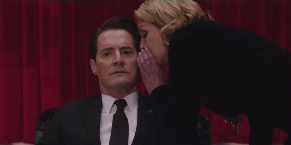 Cooper e Laura trocam segredos no Quarto Vermelho.