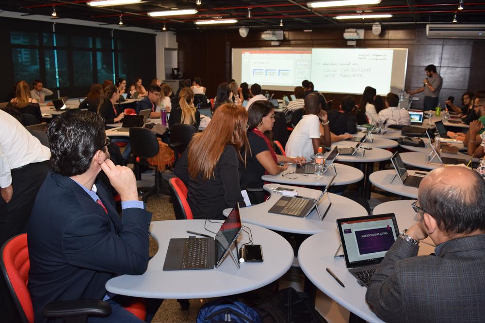 Participantes do Congresso durante oficina Educação e Tecnologia.