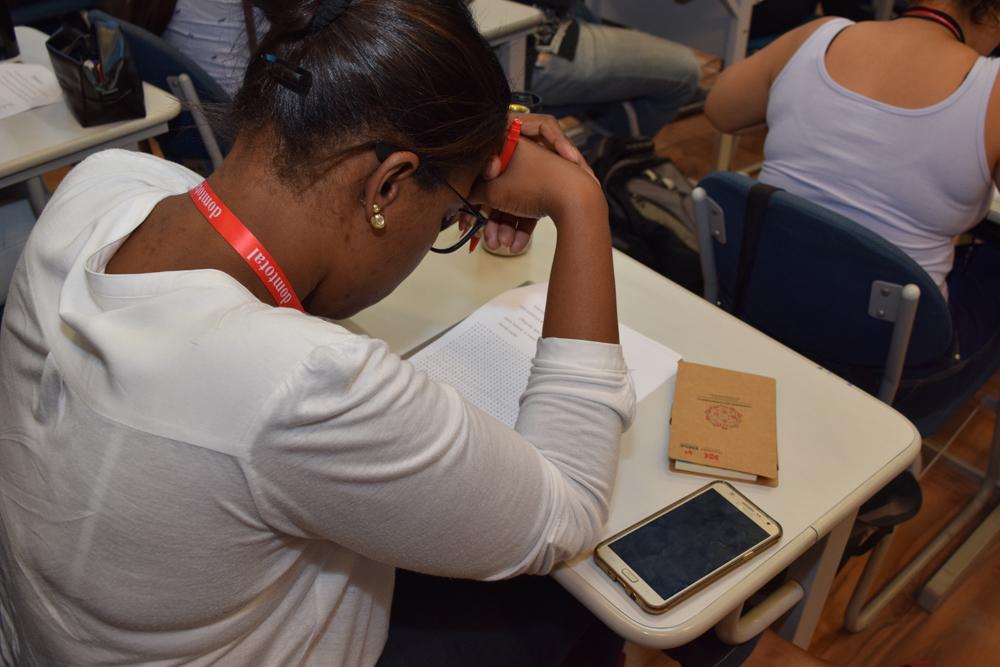 Participante da oficina Leitura Veloz faz exercício.