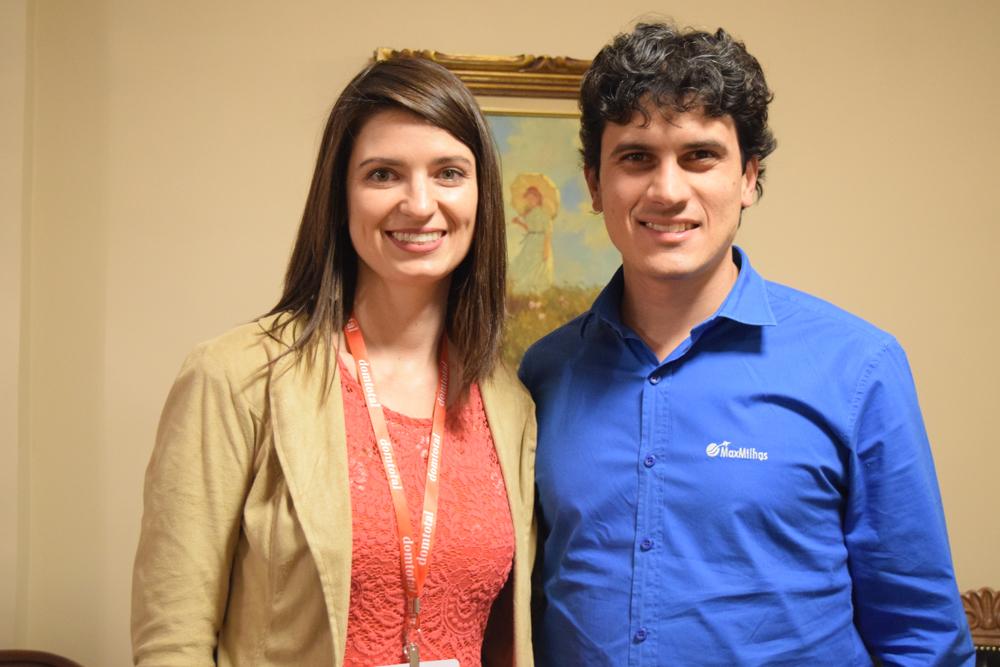 A Profa. Dra. Aline Almeida da Silva Oliveira recebeu o conferencista da noite, Max Oliveira.