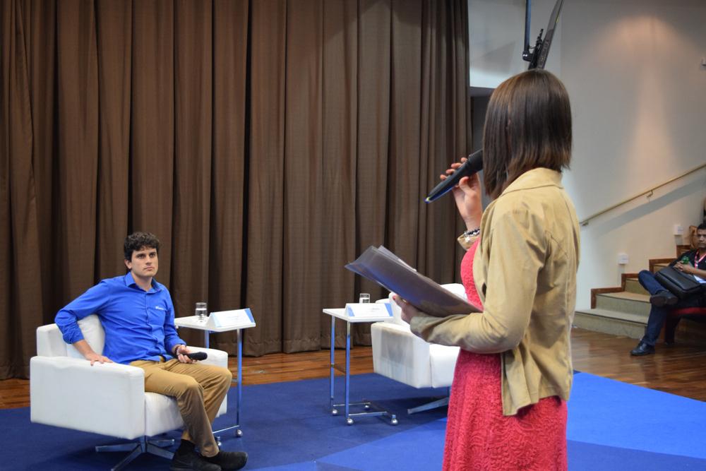 A professora Aline Almeida S. Oliveira, coordenadora do curso de Engenharia, abriu a conferencia da noite.