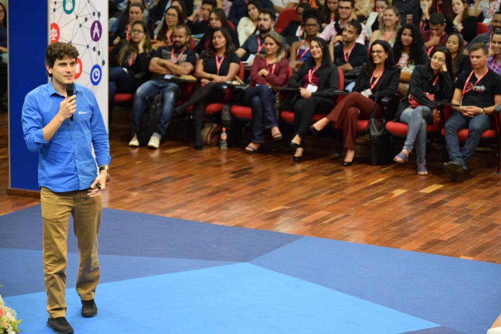 Em sua conferência, Max provocou risos e grande interesse da plateia.