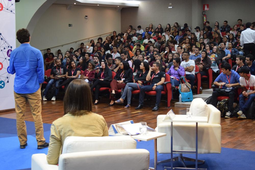 Conferência compôs o tema da noite que versava sobre Educação e Tecnologia.
