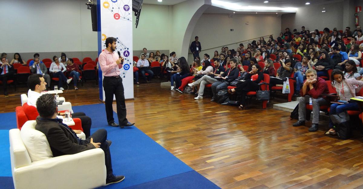 Representantes da Campus France, Central dos Estudantes e  AIESEC destalharam procedimentos sobre diferentes intercâmbios